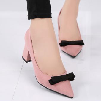 Perempuan itu menunjuk kaki chunky pompa hak sepatu pesta Korea dengan pita Berwarna Merah Muda