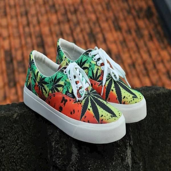 Sepatu casual motif Rasta