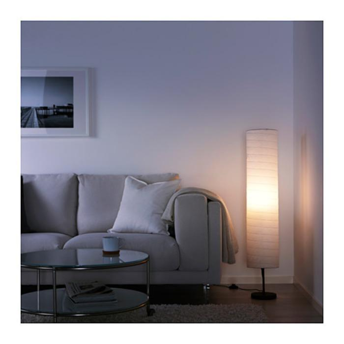 IKEA HOLMO Lampu lantai, memberikan suasana cahaya yang lembut