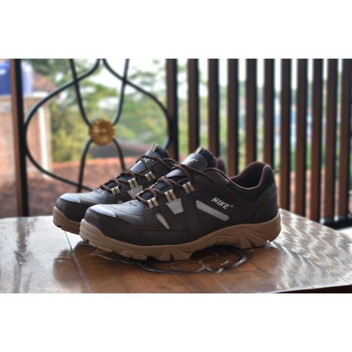 sepatu nike low boots sol delta warna coklat dan hitam bagus buat touring ke gunung untuk pria