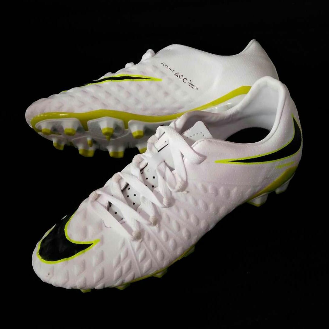 Sepatu bola Hypervenom putih