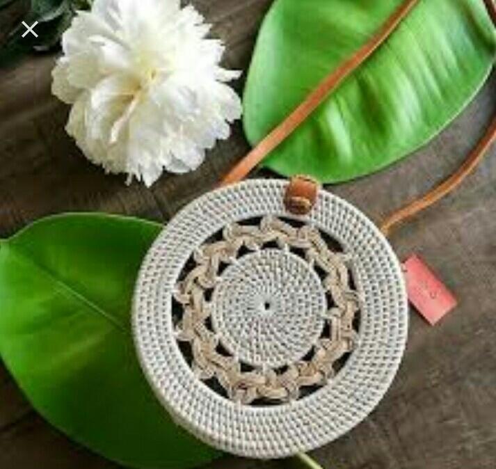 Tas rotan Bali bulat putih motif kepang diameter 18 cm