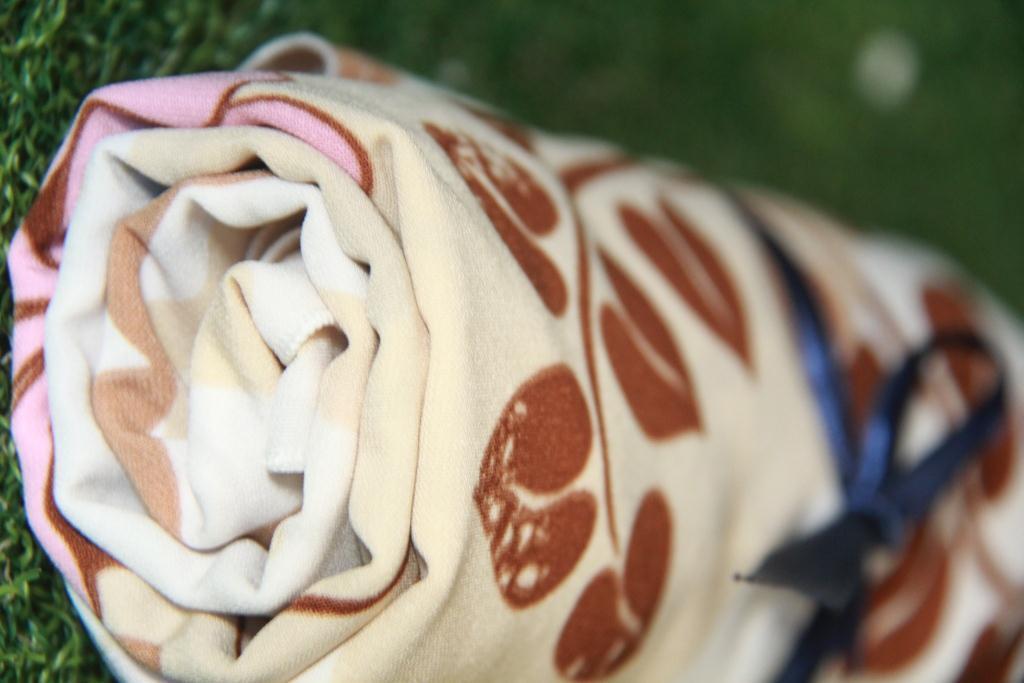 hijab segiemat elegant motif manis warna krem bahan wolfis premium untuk ramadhan dan lebaran