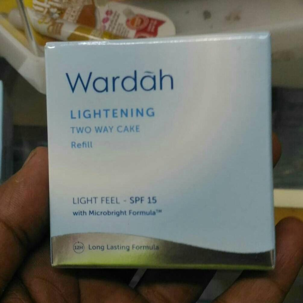 Wardah Lightening Refill Two Way Cake Light Feel 02 Golden Beige