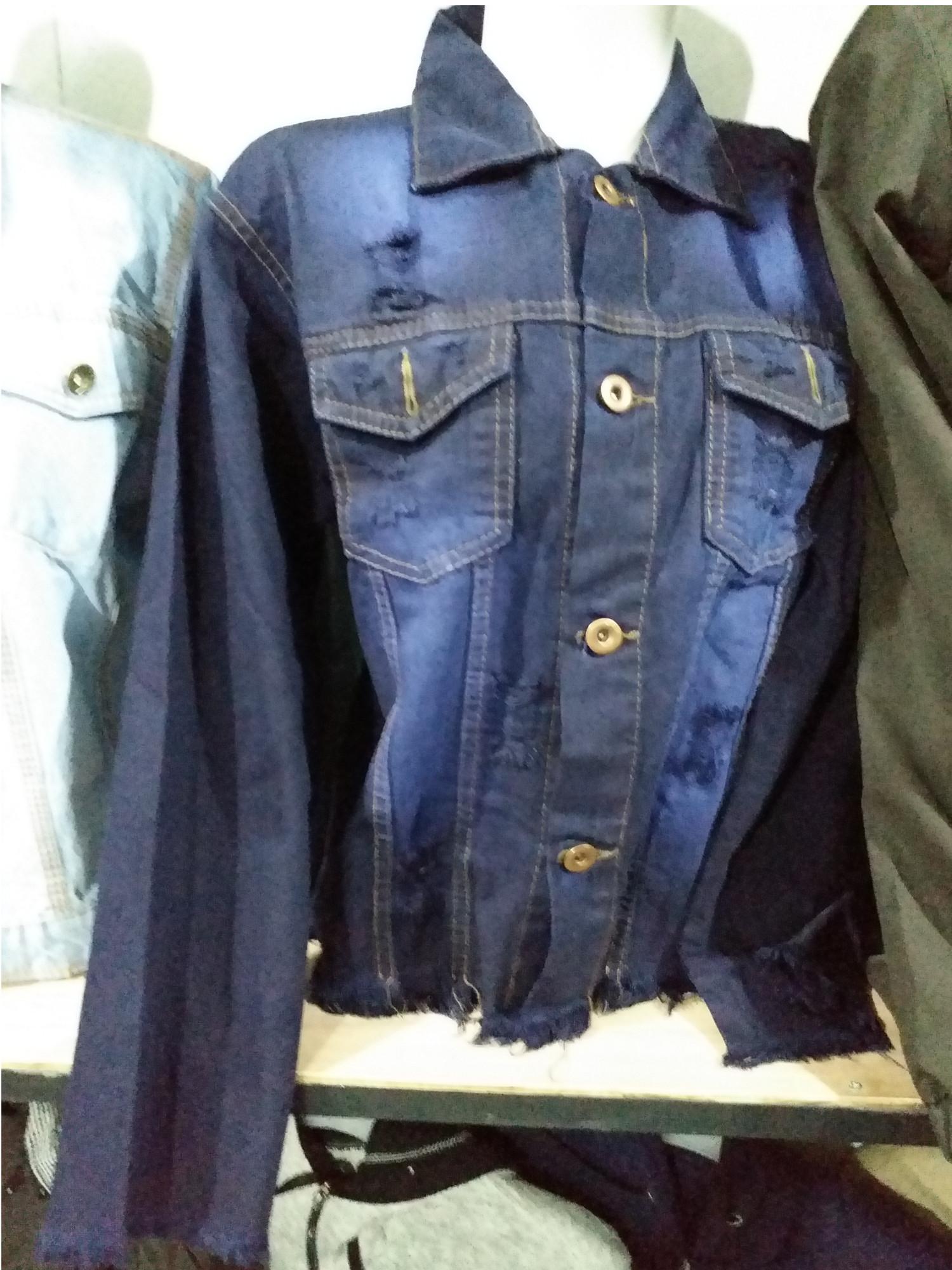 Jaket levis model sobek untuk wanita masa kini