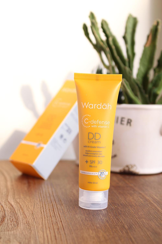TOP PRODUK - (Wardah C-defense DD Cream SPF 30 with Vitamin C) - PERAWATAN WAJAH - MAKE UP WAJAH - KRIM WAJAH - KRIM PENCERAH WAJAH - PEMBANTU REGENERASI KULIT - PERLINDUNGAN DARI SINAR MATAHARI - VARIAN - NATURAL - LIGHT - ISI 20 ML - PALING LAKU