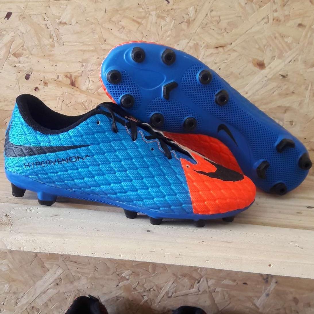 Sepatu sepak bola hypervenom impor