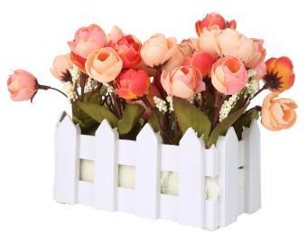 dalam pot plastik kecil tanaman Camellia umbi palsu berdiri di pagar kayu. 91abf7328a