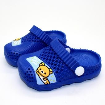 Dalam ruangan kartun lembut bawah anak laki-laki dan perempuan sandal dan sandal anak sandal