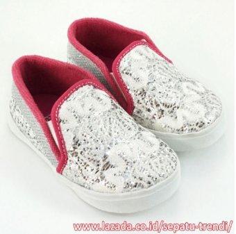 TrendiShoes Sepatu Anak Perempuan Slip On Brokat - Silver